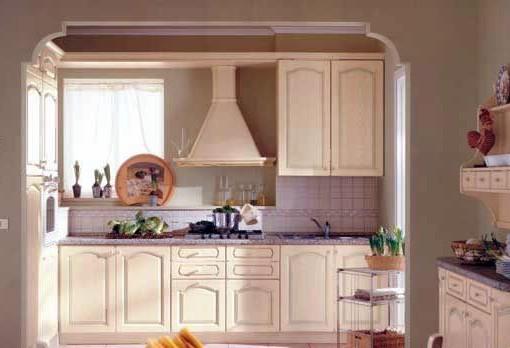 Прямая классическая светлая кухня